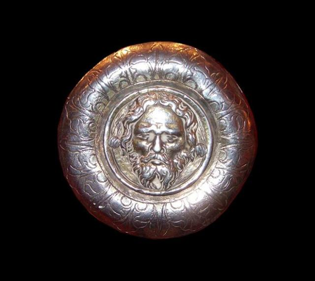 Escudo de Barbastro  repujado y orla burilada