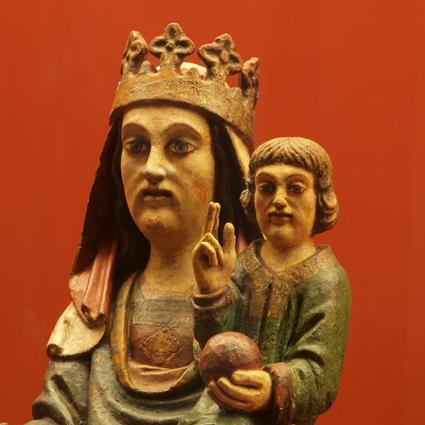 Virgen con el Niño. Madera tallada y policromada. Siglo XV, Troncedo. Museo Diocesano de Barbastro-Monzón