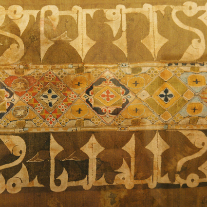 Tiraz, detalle. Tapiz y tafetán de seda, Siglo XI Colls. Puente de Montañana. Museo Diocesano de Barbastro-Monzón